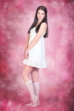 Junge Frau im weißen Kleid Stockfotografie