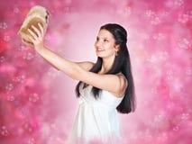 Junge Frau im weißen Kleid Lizenzfreies Stockfoto