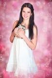 Junge Frau im weißen Kleid Stockbild