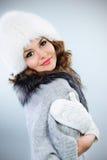 Junge Frau im weißen Pelzhut Lizenzfreie Stockfotografie