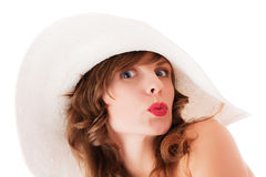 Junge Frau im weißen Sommerhutküssen Stockbild