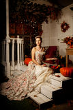 Junge Frau im Weinlesekleid auf Herbstportal Schönheitsmädchen in Fa Lizenzfreie Stockfotografie
