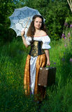 Junge Frau im Weinlesekleid mit SU Stockfotos