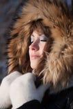Junge Frau im Winterholz. Stockbilder