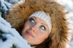 Junge Frau im Winterholz. Lizenzfreies Stockfoto