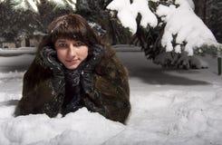 Junge Frau im Winterpark Stockbilder