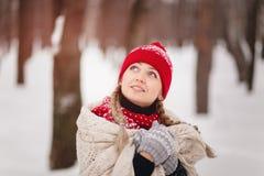 Junge Frau im Winterwald bedeckt mit einer Decke Stockfotos