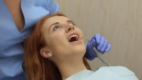 Junge Frau im Zahnarztstuhl, Nahaufnahme stock footage