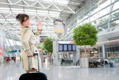 Junge Frau am internationalen Flughafen Stockfoto