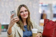 Junge Frau am internationalen Flughafen, selfie mit Mobile machend Lizenzfreies Stockbild