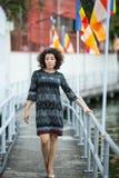 Junge Frau ist auf der Ufergegend der Stadt stockbilder