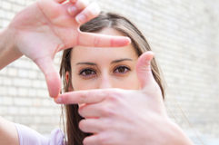 Junge Frau ist fokussierte Ansicht lizenzfreie stockfotos