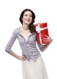Junge Frau ist froh, ein Geschenk zu empfangen Stockbilder