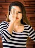 Junge Frau ist selbst mit verbundenen Augen Stockbilder