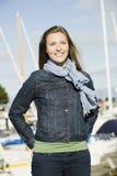 Junge Frau am Jachthafen stockfoto