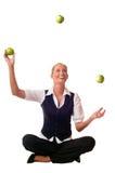 Junge Frau jongliert einen Apfel Lizenzfreie Stockbilder