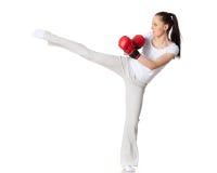 Junge Frau in kämpfenden Handschuhen Stockfotografie