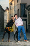 Junge Frau küsst ihren Freund stockbild