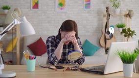 Junge Frau kann die Narbe auf ihrem Gesicht nicht mithilfe der Kosmetik verstecken stock video footage