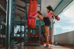 Junge Frau Kickboxing lizenzfreies stockbild