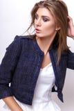 Junge Frau kleidete in der weißen Kleidung und im Matrosen an, die im Studio auf einem weißen Hintergrund aufwirft Lizenzfreies Stockfoto
