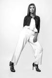 Junge Frau kleidete in der weißen Kleidung und im Matrosen an, die im Studio auf einem weißen Hintergrund aufwirft Schwarzweiss-F Lizenzfreie Stockfotografie