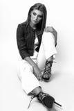 Junge Frau kleidete in der weißen Kleidung und im Matrosen an, die im Studio auf einem weißen Hintergrund aufwirft Schwarzweiss-F Stockbilder