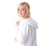 Junge Frau kleidete im weißen Bademantel an Lizenzfreie Stockfotos