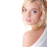 Junge Frau kleidete im weißen Bademantel an Lizenzfreie Stockbilder