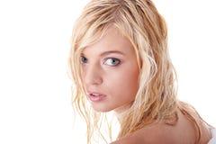 Junge Frau kleidete im weißen Bademantel an Lizenzfreie Stockfotografie