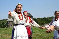 Junge Frau lädt Sie ein, am Tanz teilzunehmen Stockfotografie