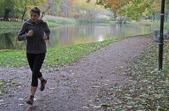 Junge Frau läuft in Park von Warschau Stockbild