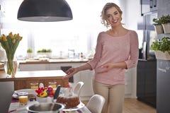 Junge Frau laden zu Ostern-Tabelle ein lizenzfreie stockfotos