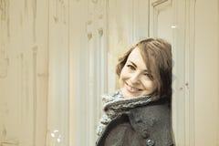 Junge Frau lehnt sich auf der Retro- Wand, Skizze Stockfoto