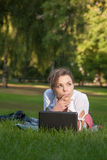 Junge Frau liegt auf einer Wiese Lizenzfreies Stockfoto