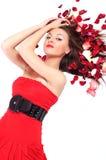 Junge Frau liegt in den Blumenblättern Lizenzfreie Stockfotos