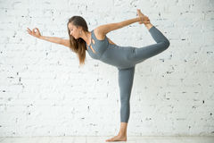 Junge Frau in Lord der Tanzübung, weißes Studio lizenzfreies stockbild