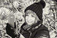 Junge Frau machen das selfie Foto im Winter Lizenzfreies Stockbild