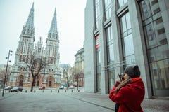 Junge Frau machen ein Foto der alten Kirche Stockfotos