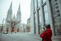 Junge Frau machen ein Foto der alten Kirche Lizenzfreies Stockbild