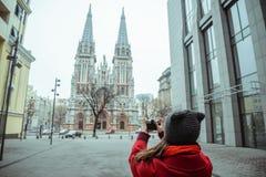 Junge Frau machen ein Foto der alten Kirche Stockbild