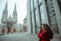 Junge Frau machen ein Foto der alten Kirche Lizenzfreie Stockfotos