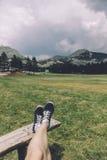 Junge Frau machen eine Pause im Nationalpark Stockfotos