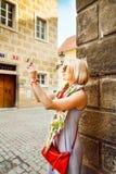 Junge Frau macht Fotos am Handy in Prag Lizenzfreies Stockfoto