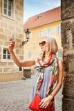 Junge Frau macht Fotos am Handy in Prag Stockfotografie