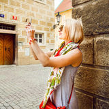 Junge Frau macht Fotos am Handy in Prag Lizenzfreies Stockbild