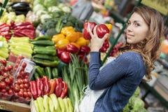 Junge Frau am Markt lizenzfreies stockfoto
