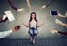 Junge Frau meditiert, um Druck von beschäftigtem Unternehmensleben zu entlasten lizenzfreie stockfotos