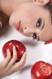 Junge Frau mit Äpfeln Lizenzfreie Stockbilder