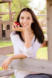 Junge Frau mit Apfel Stockbild